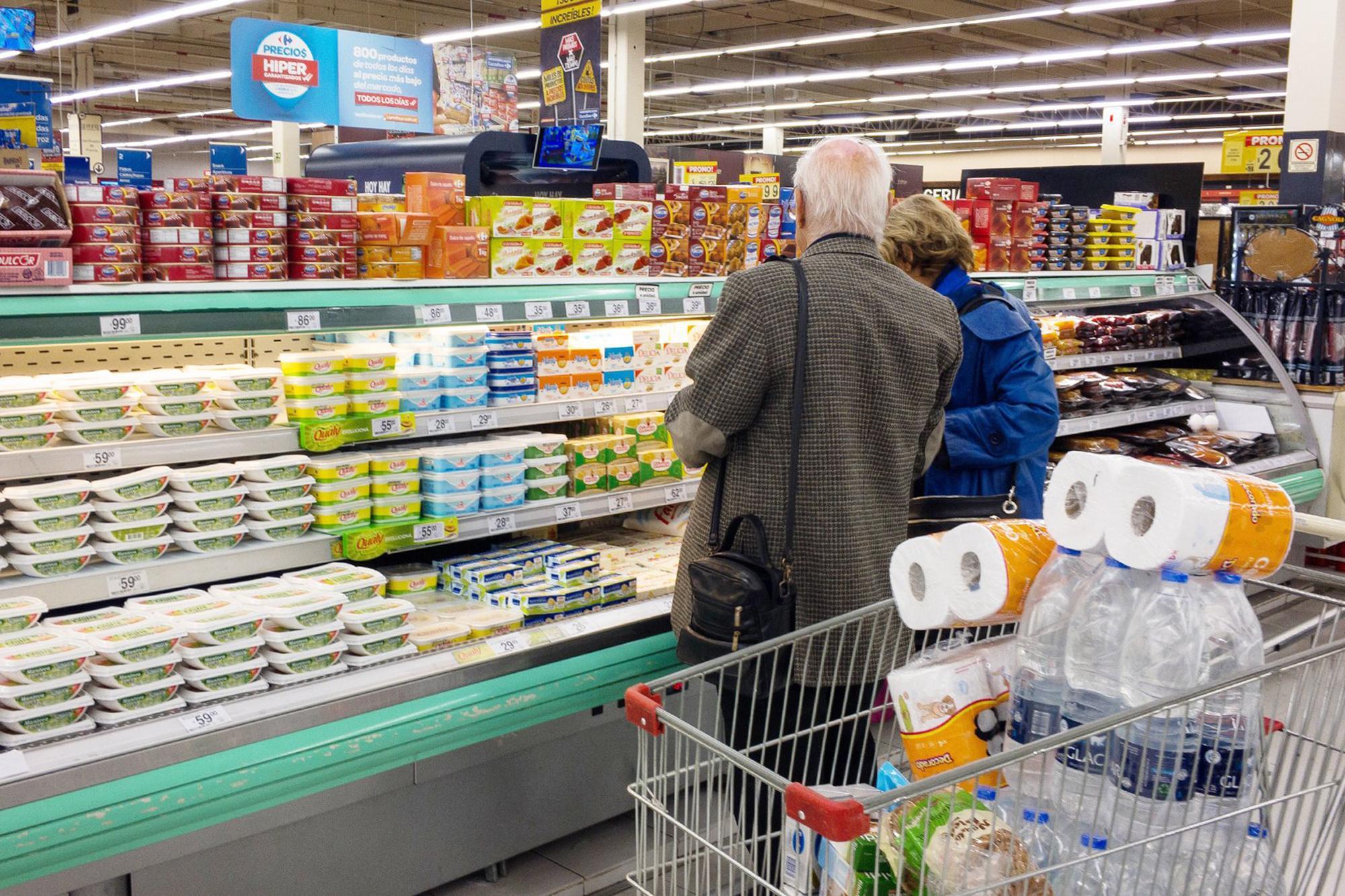En diciembre, las ventas en supermercados cayeron 8,7% y 13,3% en shoppings, según el Indec