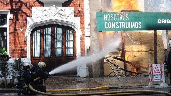 impresionante-incendio-en-una-obra-en-construccion-a-metros-del-consulado-de-corea-del-sur