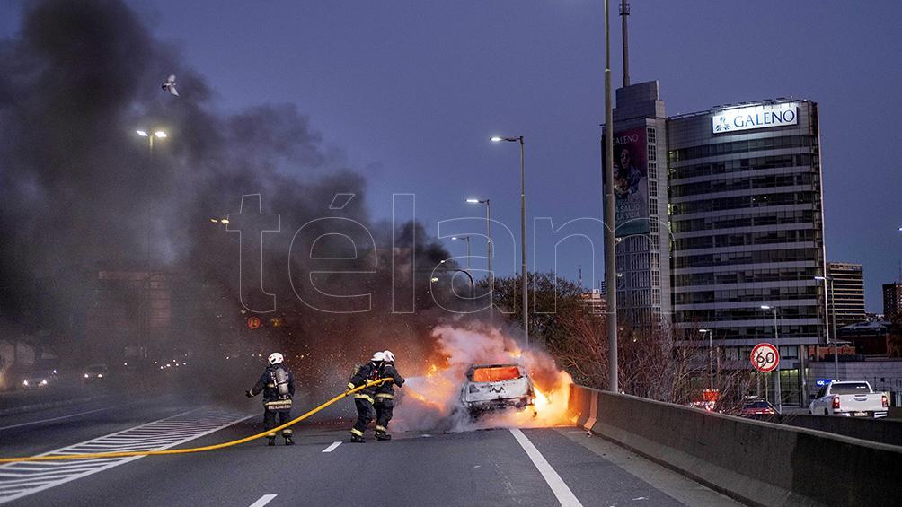 se-incendio-un-auto-en-la-autopista-la-plata-buenos-aires